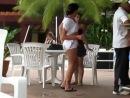 девушка без комплексов танцует в летнем кафе